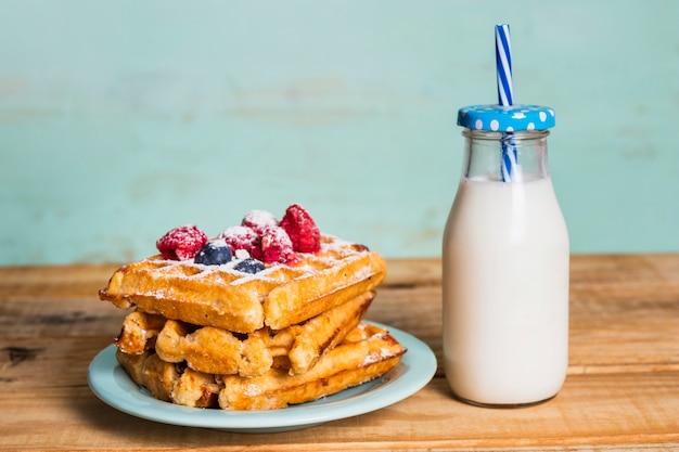 Desayuno sencillo con gofres y leche.