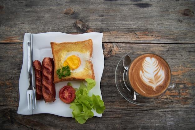 Desayuno servido con café.
