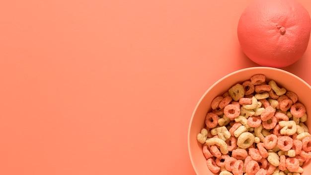 Desayuno sobre fondo rosa