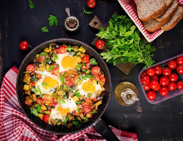 Desayuno tardío: huevos fritos con verduras. shakshuka. cocina árabe comida kosher.
