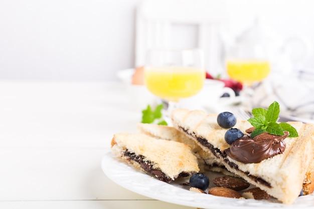 Desayuno tostadas con pasta de chocolate.