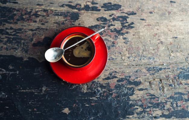Desayuno tradicional en estilo rústico.