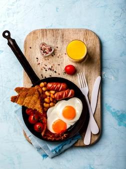 Desayuno tradicional inglés en la sartén