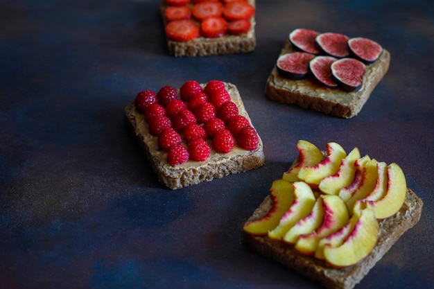 Desayuno tradicional de verano americano y europeo: sándwiches de pan tostado con mantequilla de maní, copia vista superior