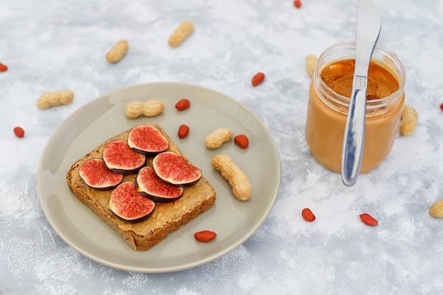 Desayuno tradicional de verano americano y europeo: sándwiches de pan tostado con mantequilla de maní.