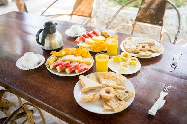 Desayuno tropical exótico en resort africano