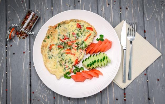 Desayuno turco: tortilla con verduras en primer plano de pan.