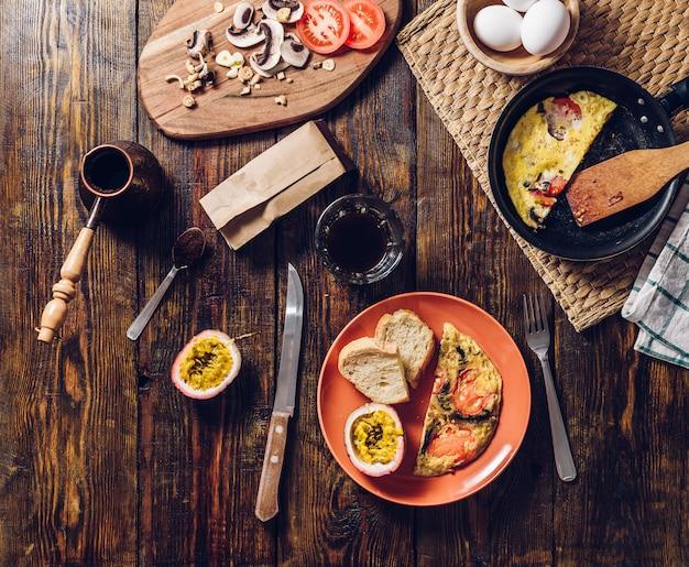 Desayuno de verano con café y tortilla