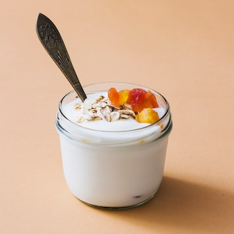 Desayuno de yogur con frutas secas y coberturas de avena