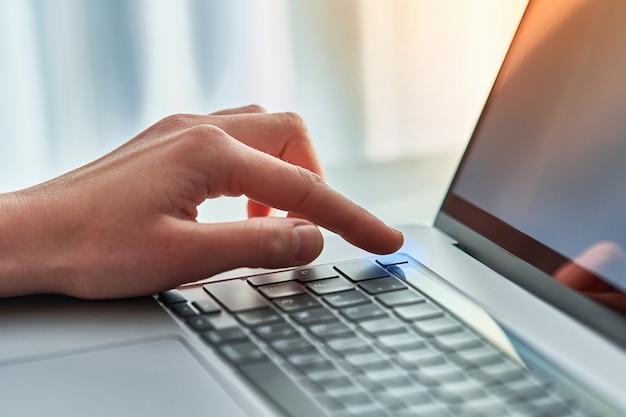 Desbloqueo de una computadora con un escaneo de dedo
