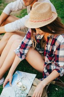 Descansando en la hierba y buscando en el mapa