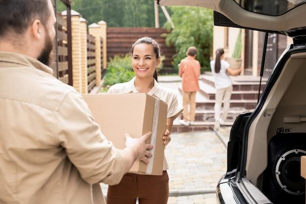 Descarga del automóvil mientras se muda a una nueva casa