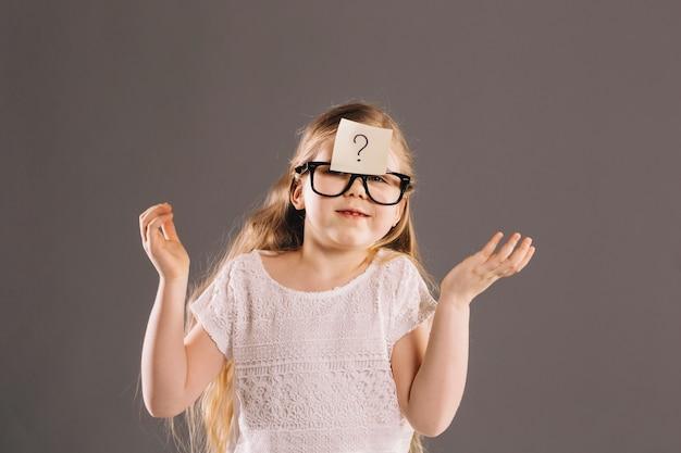 Desconcertada chica con gafas