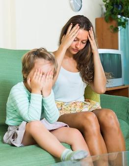 Descontentada joven niñera y niño pequeño