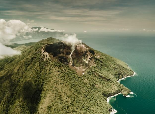 Descripción general del volcán activo de indonesia.