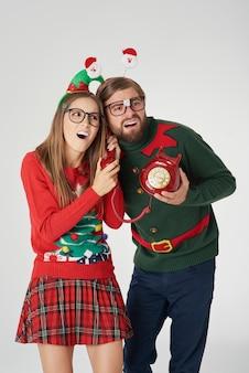 Deseando feliz navidad por teléfono