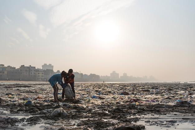 Desechos vertidos en la limpieza de la playa