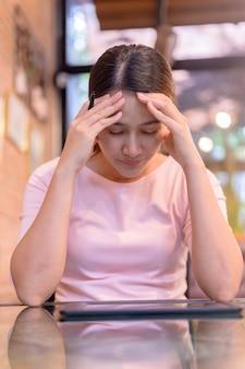 Desempleo y problema de salud mental. pérdida de puestos de trabajo por el virus corona en asia. empresaria tailandesa en busca de nuevo trabajo en el sitio web. trastorno de estrés postraumático (tept).