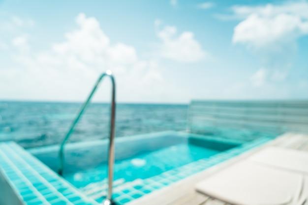 Desenfoque abstracto y fondo de piscina y mar desenfocado en maldivas