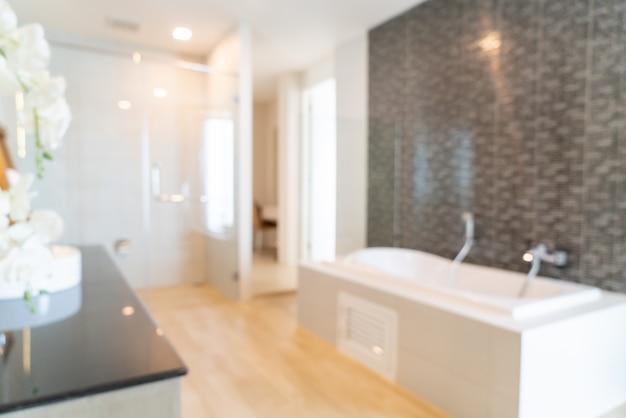 Desenfoque abstracto y interior de baño desenfocado