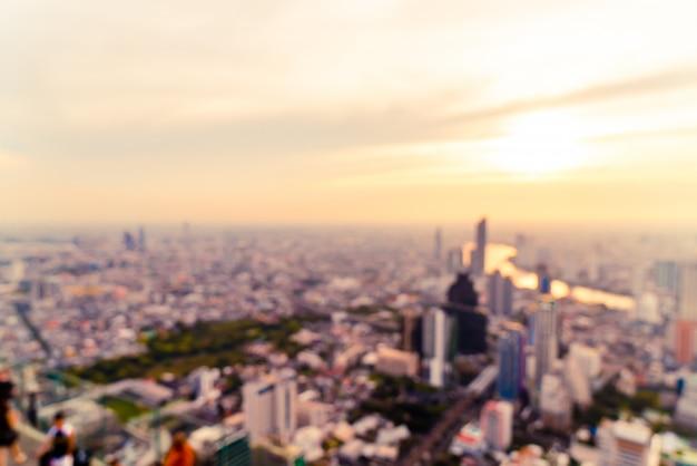 Desenfoque abstracto del paisaje urbano de bangkok en tailandia con el cielo del atardecer