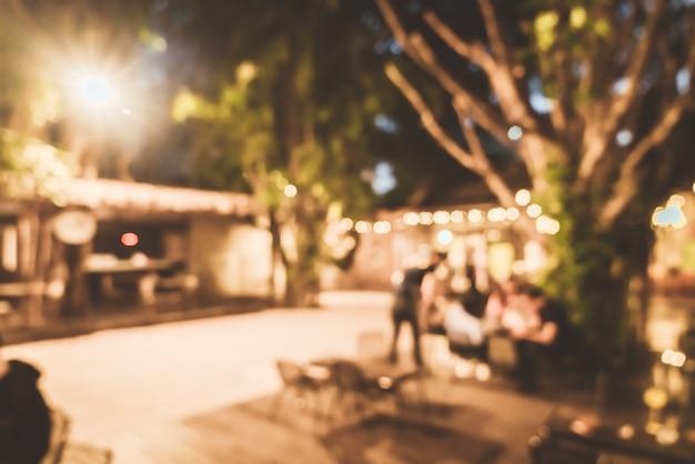 Desenfoque abstracto patio de reunión al aire libre en cafetería restaurante por la noche