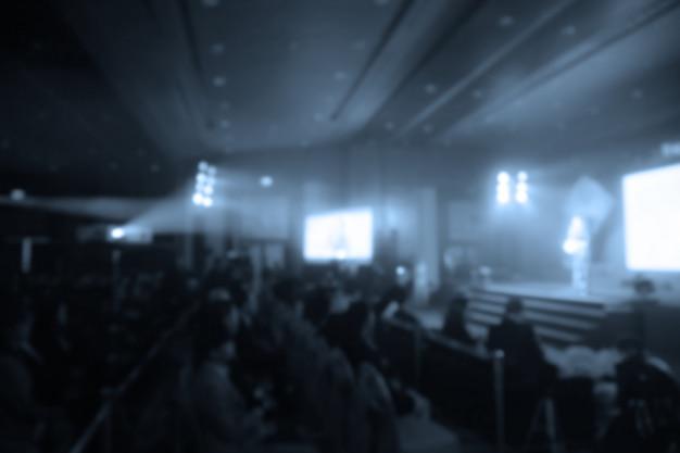 Desenfoque de los altavoces en el escenario bajo el color lleno de downlight