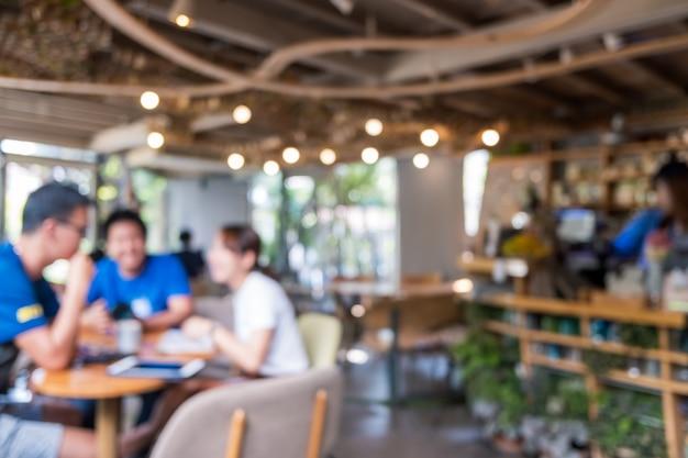 Desenfoque de café y restaurante con clientes.