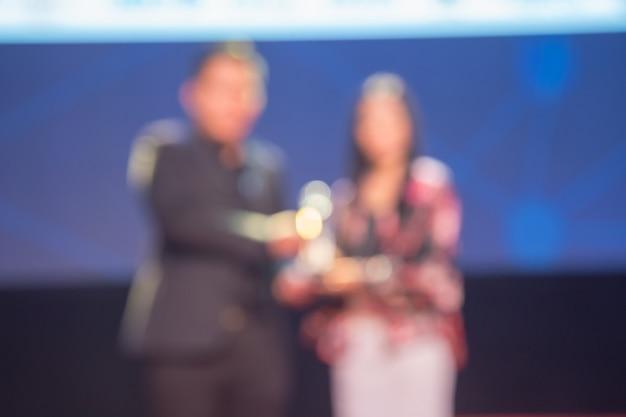 Desenfoque de la ceremonia de premiación del tema creativo.