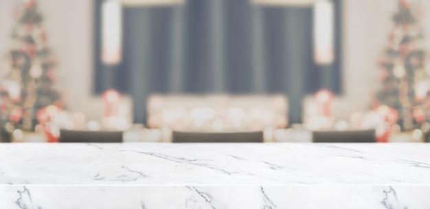 Desenfoque de la decoración del árbol de navidad en la mesa de la cocina con mesa de mármol sala