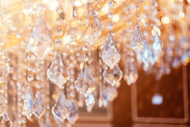 Desenfoque y desenfoque de cristal chadelier brillante brillo resumen de antecedentes