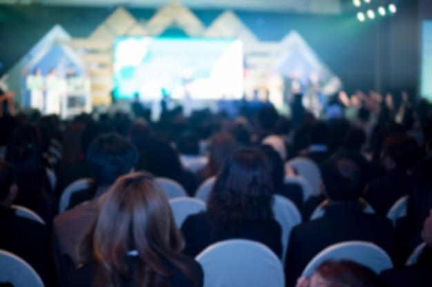 Desenfoque del fondo del salón de convenciones de negocios.