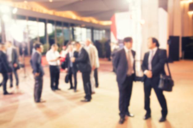 Desenfoque de grupo de personas hablando de proyecto empresarial.