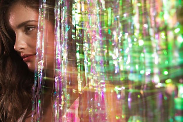 Desenfoque de movimiento de una mujer mirando a otro lado retrato