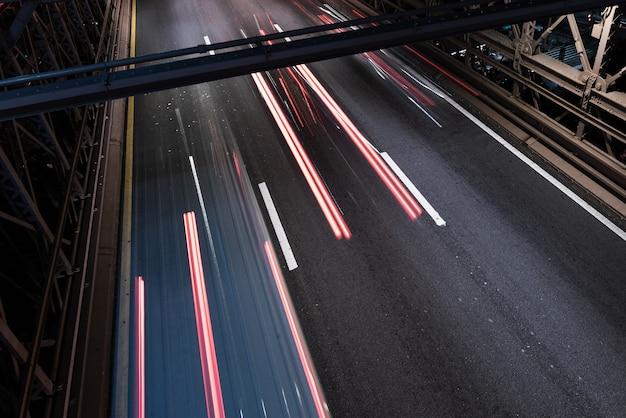 Desenfoque de movimiento del tráfico en primer plano del puente