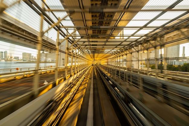 Desenfoque de movimiento del tren automático que se mueve dentro del túnel en tokio, japón.