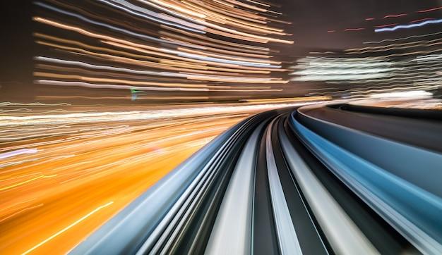 Desenfoque de movimiento del tren que se mueve dentro del túnel con luz natural