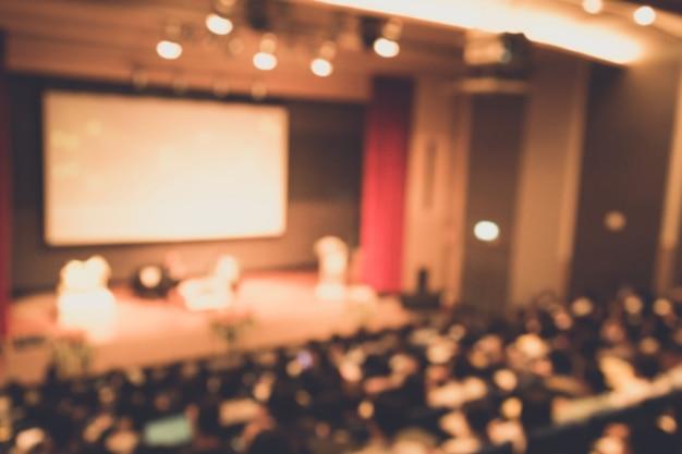 Desenfoque del orador dando una charla en la conferencia de negocios corporativos.
