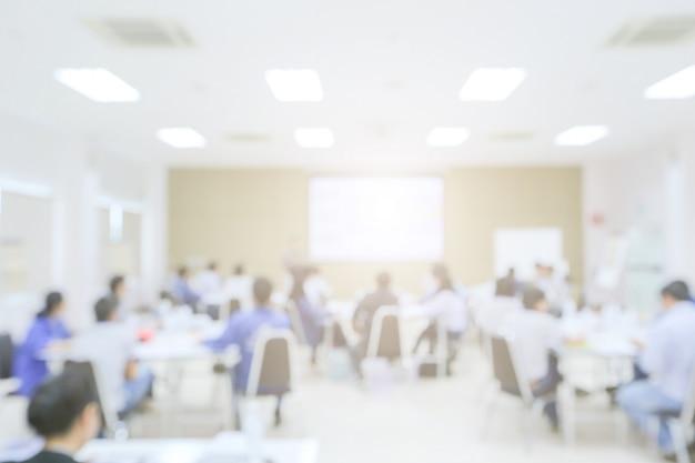 Desenfoque de orador dando una charla en la reunión de negocios.