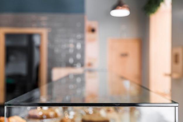 Desenfoque telón de fondo de la cafetería con contador de vidrio