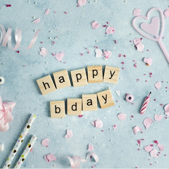 Deseo de feliz cumpleaños en letras de madera con cinta