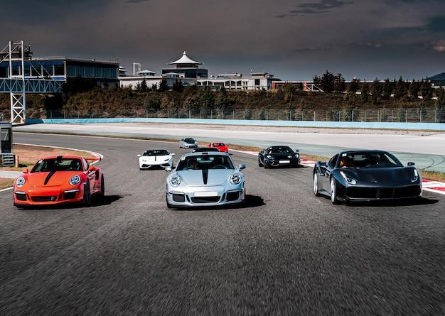Desfile de autos deportivos o carrera en la carretera.