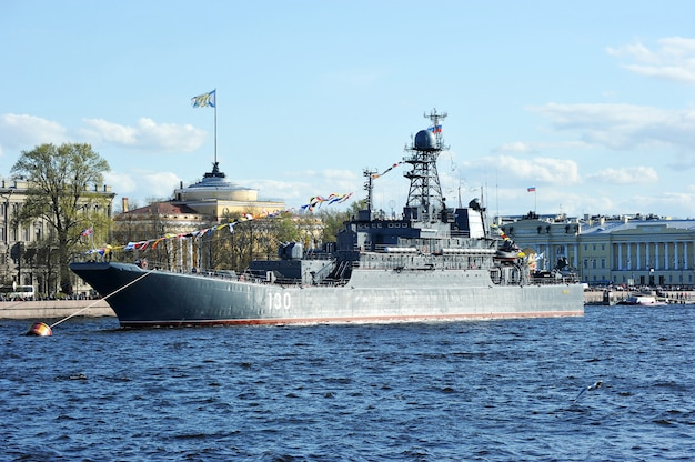 El desfile de buques de guerra en el río neva en san petersburgo en honor a 70 años de victoria en la gran guerra patriótica. gran barco de desembarco