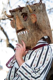 Desfile de disfraces y máscaras tradicionales de iberia en el viii festival internacional de máscaras ibéricas.