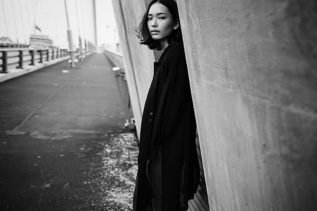 Desfile de moda de una mujer asiática en la ciudad