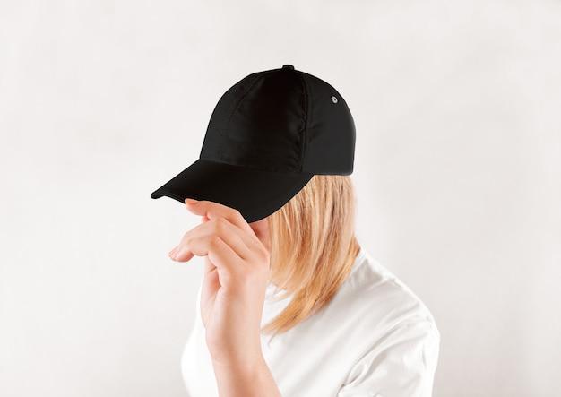 Desgaste de la gorra de béisbol negra en blanco en la cabeza de la mujer