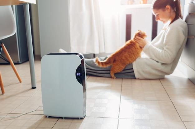 El deshumidificador con panel táctil, indicador de humedad, lámpara uv, ionizador de aire, contenedor de agua funciona en casa. secador