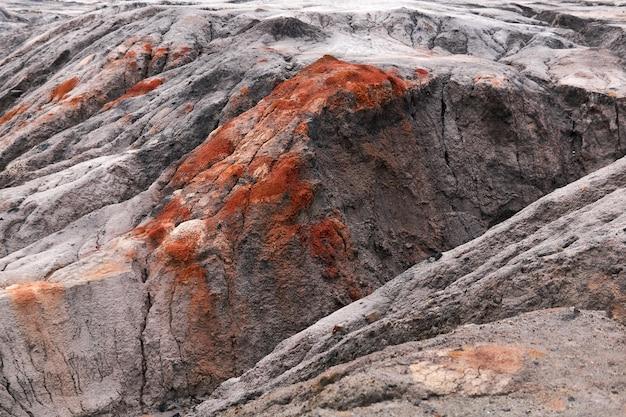 Desierto con barrancos y afloramientos de minerales de arcilla roja en el sitio de una antigua cantera