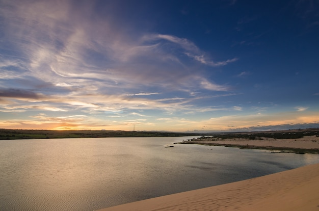 Desierto con cielo azul.