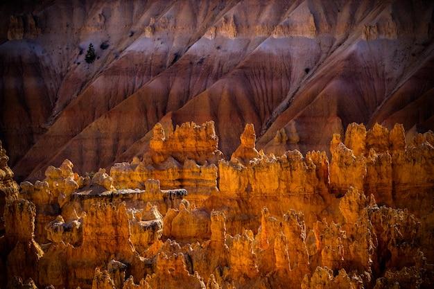 Desierto de rocas y acantilados con una montaña de arena